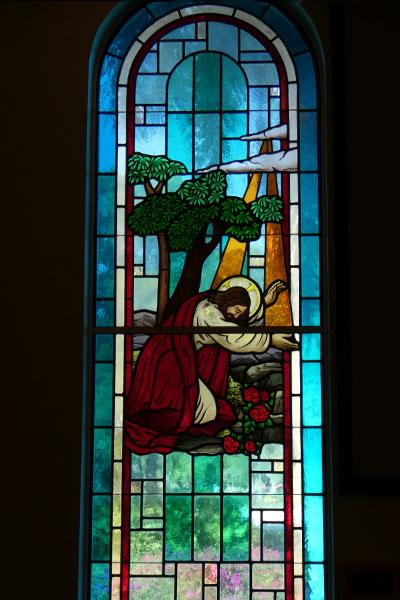 Stained glass window of Christ worshiping Christus Victor Lutheran Church Naples & Bonita Springs